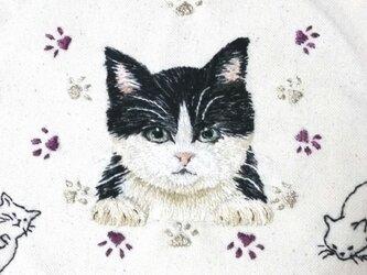 布から飛び出した猫バッグ/大きな手刺繍の画像