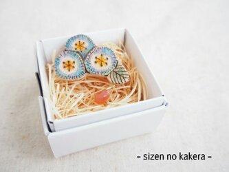 ブナの木 焼き絵 北欧風青の3輪のお花ブローチ 木製の画像