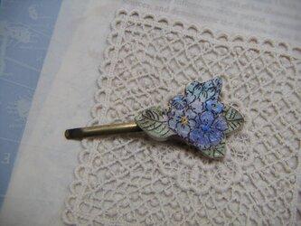 青いお花のヘアピンの画像