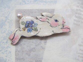 夏の新作!跳ねるお花ウサギちゃん コットンパールウサギちゃんブローチ3 の画像