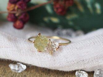 原石のグリーンガーネットとダイヤモンドクォーツのリングの画像