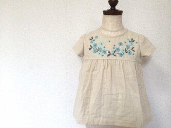 刺繍チュニックワンピース 生成り青い小花 size80㎝の画像