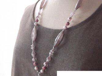 ピンクグレーカラーのヒンヤリロングネックレスの画像