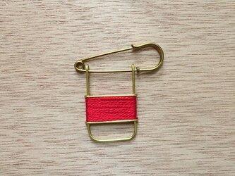 ブラスラインブローチ redの画像