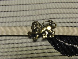 真鍮ブラス製 帯締めを走るライオン型帯留め 着物や浴衣の帯締め飾りにの画像