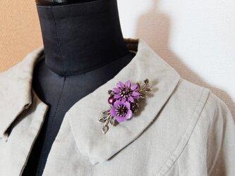 【SOLD】カラフルフラワーと淡水パールのS字ブローチ(紫)の画像