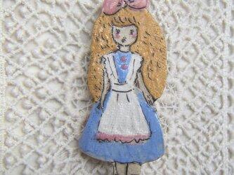 夏の新作!少女 アリスのブローチの画像