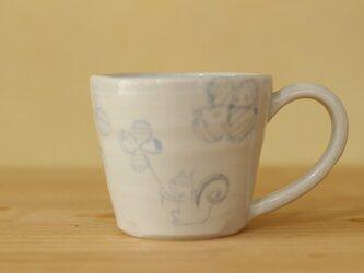 ブルー象嵌リスやお花やいちごのカップ。の画像
