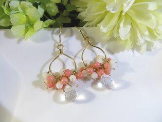 Sold:クリスタル×白珊瑚×桃色珊瑚(染)の雫チャームピアスの画像
