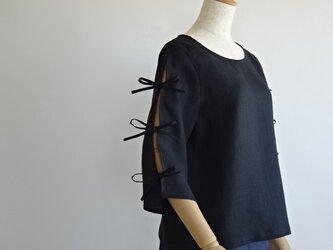 リネン・スリット袖の涼しいブラウス・ブラックの画像