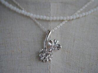 セット(白サンゴ)しろつめ草の花&四つ葉ネックレスの画像