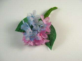手染め布花 ピンクと青いアジサイ(紫陽花)のコサージュの画像
