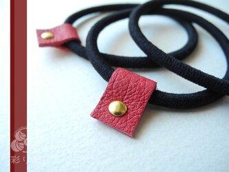 ブローチも飾れるヘアゴム 革タグつき(赤)の画像