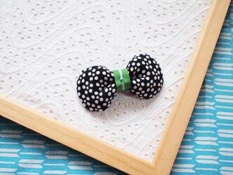 黒い梅鉢のリボンブローチの画像