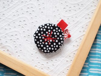 黒い梅鉢・和柄の小さなお花ブローチの画像