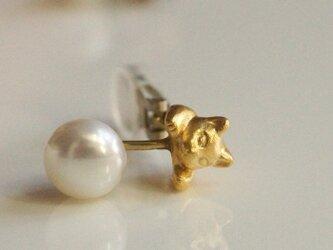 パールと猫のイヤリング/マットゴールド 片耳の画像
