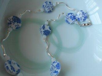 オーダー可能  ご好評により値下げ シェルの染付柄ネックレス ~青い花~の画像