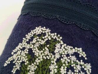 ユキヤナギ刺繍のまあるいポーチの画像