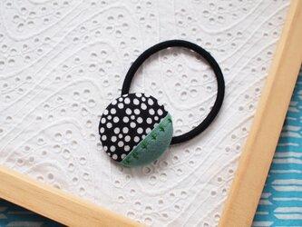 黒い梅鉢の手ぬぐいヘアゴムの画像