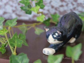 猫の置物 のびのび ハチワレの画像