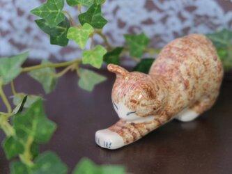 猫の置物 のびのび チャトラの画像