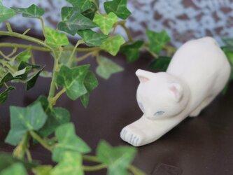 猫の置物 のびのび シロ(マット釉)の画像