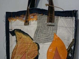 木の模様のバッグの画像
