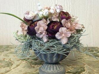 小花たちの小さなフラワーアレンジメントの画像