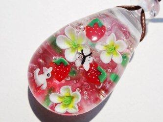 《いちごとねこ》 ガラス とんぼ玉 ペンダント 猫の画像