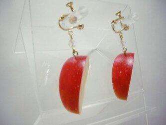 リアルなフルーツイヤリング りんご の画像
