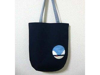 絵のようなバッグ*向こう側は青空の画像