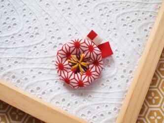 赤い麻の葉・小さなお花ブローチ2の画像