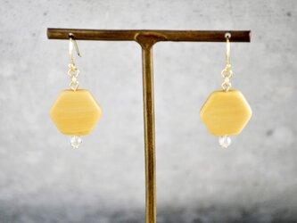 フランス製六角形ビーズのピアス(オレンジベージュ)の画像