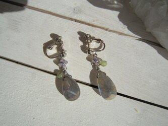 宝石質 ラブラドライトのイヤリングの画像