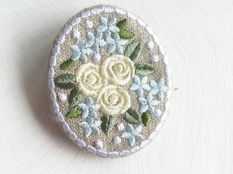 刺繡ブローチ ミニバラのブーケ 楕円型 クリームの画像