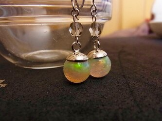 ピアス 虹のしずく 液体結晶の画像