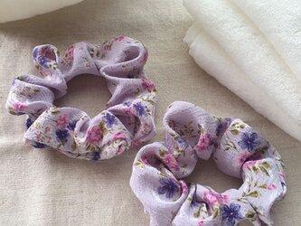 おそろい紫の花柄シュシュの画像