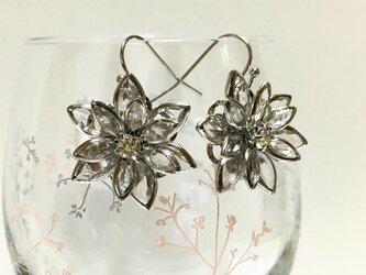 立体的な お花の耳飾りの画像