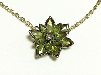 立体的な お花のネックレス  ライトグリーンの画像