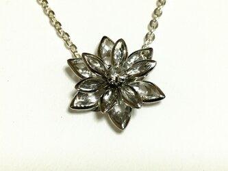 立体的な お花のネックレスの画像