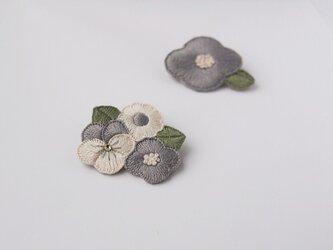 [受注制作]お花たちの刺繍ブローチ(greyish)の画像