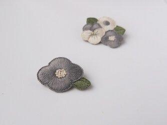 [受注制作]お花の刺繍ブローチ(greyish)の画像