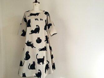 こなまいきな黒猫のワンピース:生成り/五分袖の画像