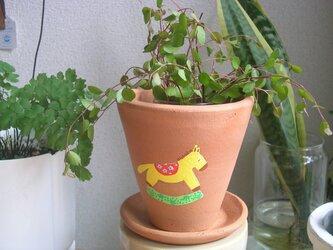 黄色い馬の植木鉢の画像