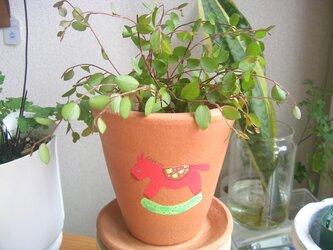 赤い馬の植木鉢の画像