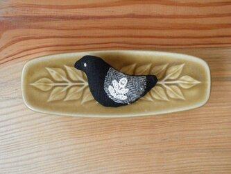 小鳥のブローチ 黒にヘリンボーンの翼の画像