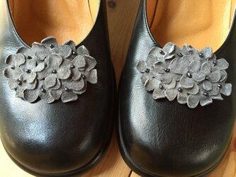 革花のシューズクリップ(黒花芯つき)  タマゴサイズ  グレーの画像