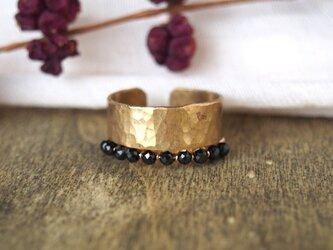 重ね着けリング ブラックスピネル・真鍮の槌目リングの画像