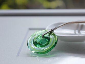 蜻蛉玉の革紐ネックレス〈波紋/緑〉〈i-M〉の画像