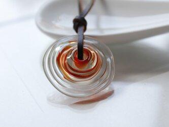 蜻蛉玉の革紐ネックレス〈波紋/赤〉の画像